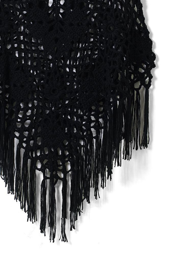 Delicado poncho tejido a mano en negro