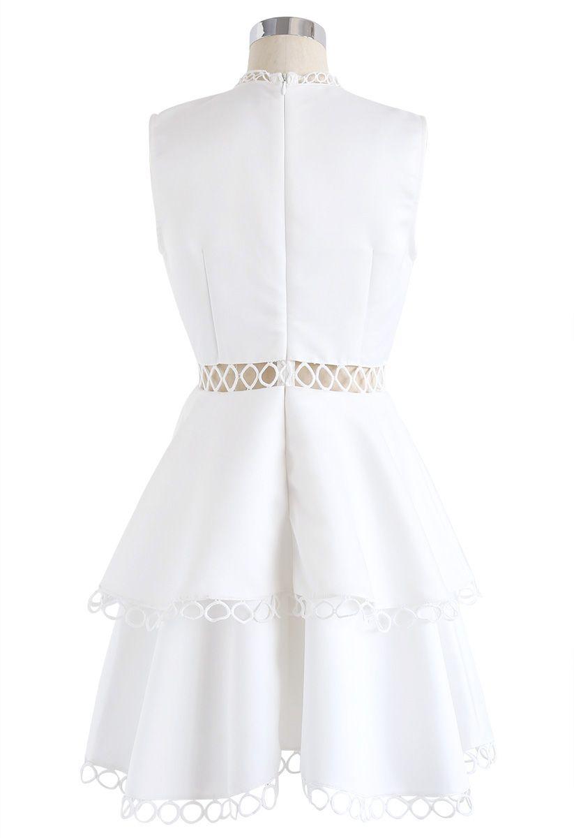 Zeigen Sie Ihre Eleganz - Weißes ärmelloses Kleid mit Ausschnitt