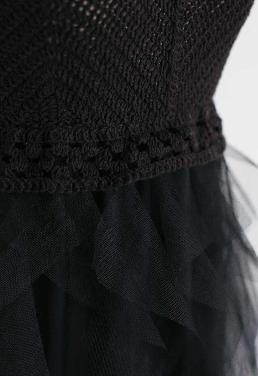 Strickkleid mit Rüschen und Mesh in Schwarz