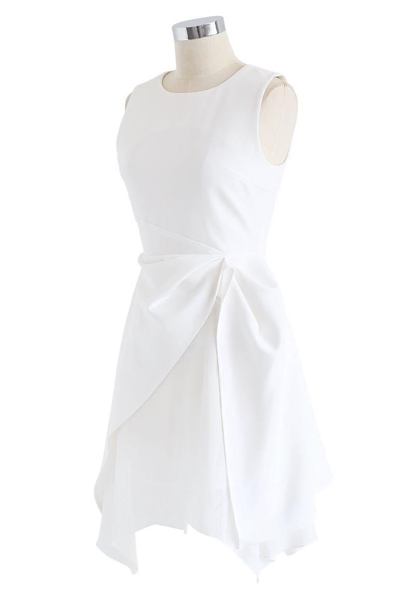 Ärmelloses Kleid mit asymmetrischem Saum in Weiß
