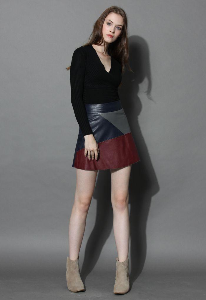 Glamouröses schwarzes Top mit geripptem V-Ausschnitt
