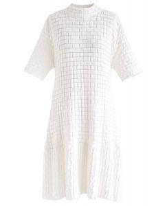 Geprägtes Strickkleid mit Rüschensaum in Weiß