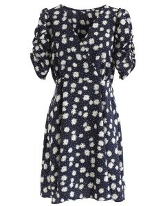 Full-Blown Daisy Print Wrapped Midi-Kleid in Schwarz