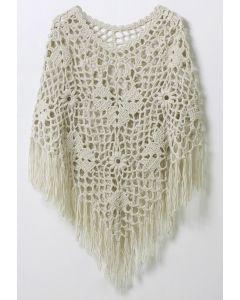 Delicado poncho tejido a mano en blanco