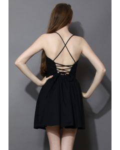 Revitalisiertes verstellbares schwarzes Kleid mit gekreuzten Trägern auf dem Rücken