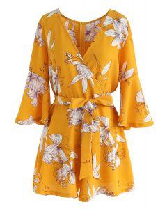 Bold Blossoms - Mono corto floral envuelto en amarillo