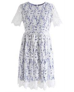 Wenn gehäkelte Blüten auf blaue Streifen treffen - Kleid