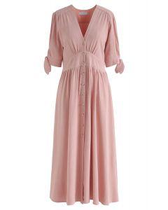 Summer Edition Pfirsichfarbenes Kleid mit V-Ausschnitt und Knopfverschluss.